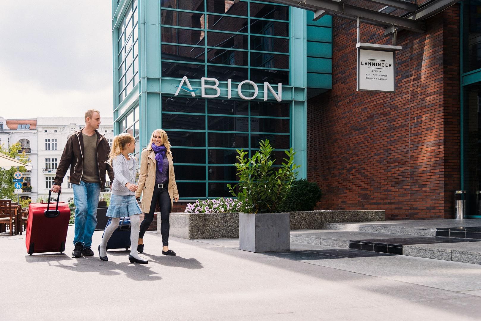 "Familie kommt am Hotel an visitBerlin! Werbefotografie für VisitBerlin! Imagekampagne ""Familie"""