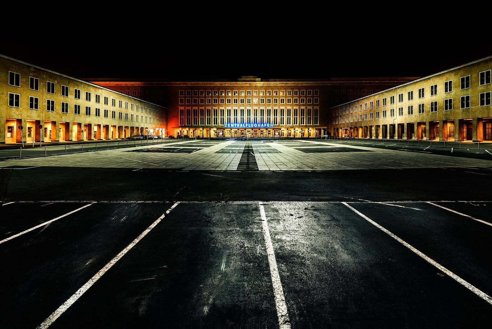Fine-art Serie: Flughafen Berlin Tempelhof bei Nacht ©Martin Peterdamm