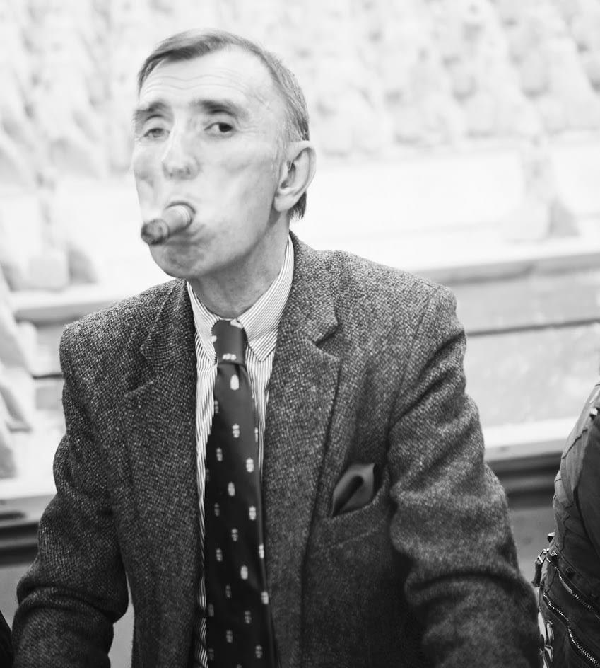 Portrait eines Herren in Anzug mit Zigarre im Mund
