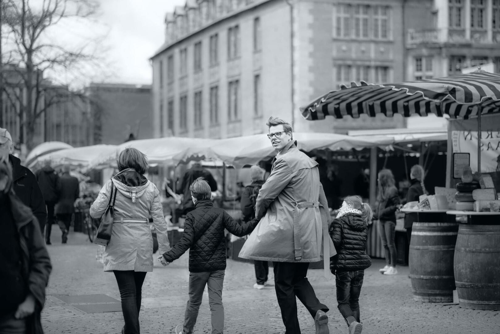 Image Motiv Markt mit Familie - Schomburg · Rother · Schumacher